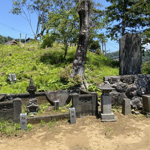 北条宗時の墓・狩野茂光の墓